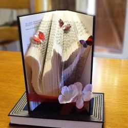 Pliage de livre chat jouant avec un papillon
