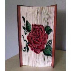 Pliage de livre rose façon tatouage